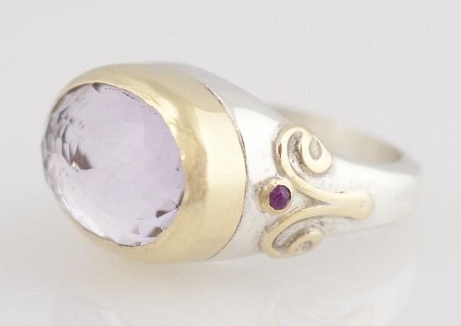 Ring facet geslepen amethist met robijn en 18 krt goud en zilver, frouks
